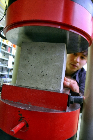 Testing strength in compression of concrete cubes