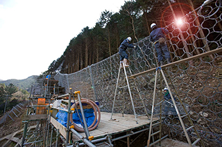 High tensile steel mesh barrier for rockfall protection