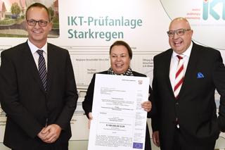 Environment Minister Ursula Heinen-Esser presents the million-dollar funding decision